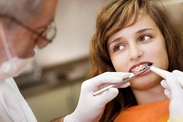 стоматолог-ортодонт в работе