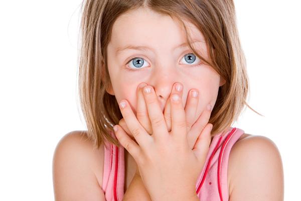 девочка прикрыла рот руками