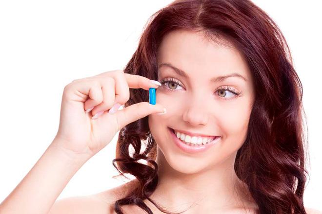 девушка принимает противогрибковый препарат