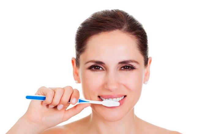 женщина чистит зубы