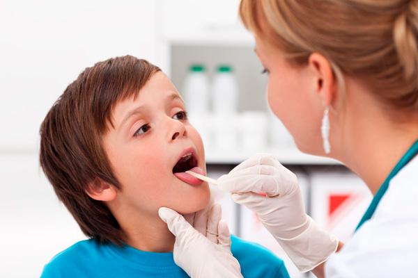 ребенок с афтозным стоматитом у врача