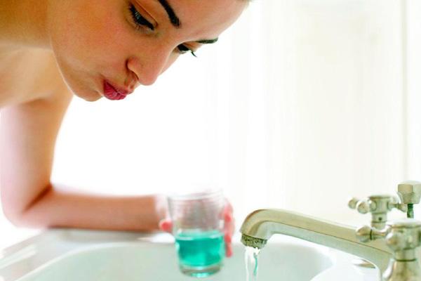 беременная девушка соблюдает гигиену полости рта
